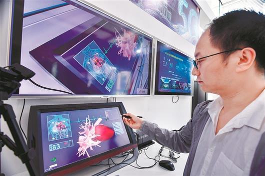 图为:运用5G通信技术,远程医疗检查人的内部器官演示。