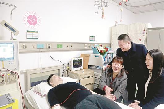 图为:张子文捐骨髓救人,父母和妻子都很开心