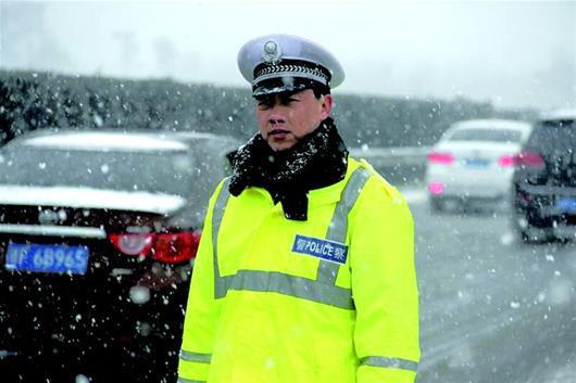 图为:聂细锦在雪天执勤资料图片