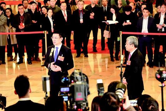 """图为:黄立(左)走上""""委员通道"""",接受记者采访。(湖北日报全媒记者 鲁腾 摄)"""