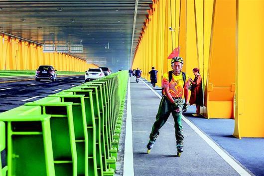 图为:杨泗港大桥下层,公路两侧设有单独的非机动车道和人行道。(湖北日报全媒记者 梅涛 通讯员 张静 摄)