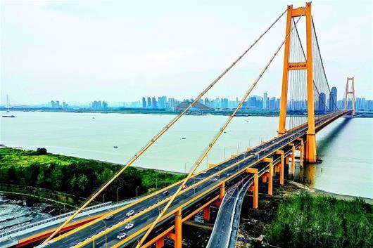 图为:金色巨龙横卧于长江之上。﹙湖北日报全媒记者梅涛通讯员张静摄﹚