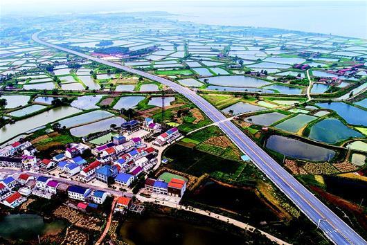 图为:穿过大冶保安镇的黄石至武汉快速公路。(湖北日报全媒记者雷巍巍 通讯员 石勇 摄)
