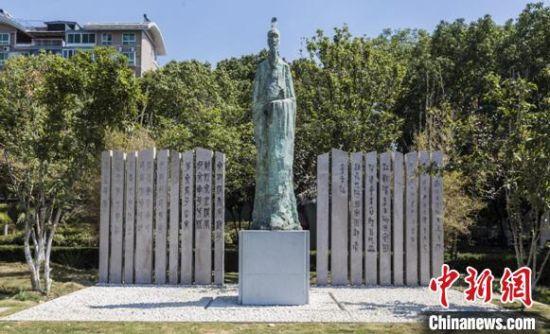 《先秦 · 诗人》圆雕。 武汉市水务局供图