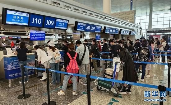 武汉天河机场旅客有序出行。新华网发