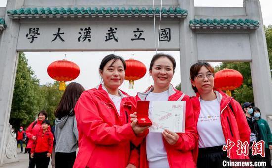 图为援鄂医疗队来到武汉大学赏樱 张畅 摄
