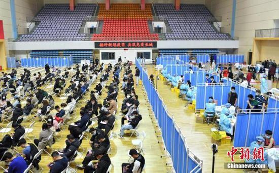 资料图:3月20日,北京,中国地质大学(北京)师生正在接受新冠肺炎疫苗接种。即日起至27日,该校计划用8天时间为全校1.6万余名学生教职员工进行新冠肺炎疫苗接种。中新社记者 田雨昊 摄