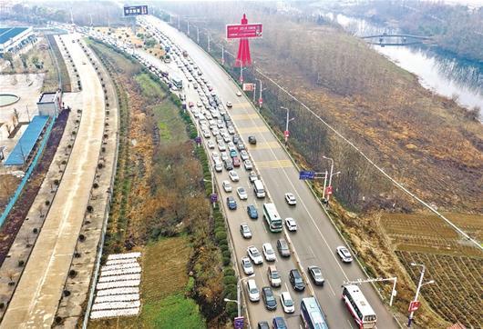 图为:昨日下午3时许,由汉川方向经汉北河大桥进入武汉市区的车辆排成长龙 楚天都市报记者宋枕涛摄