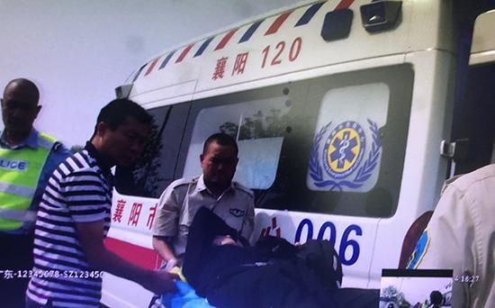 急救车赶到现场后将老人送往医院 警方执法记录仪截图