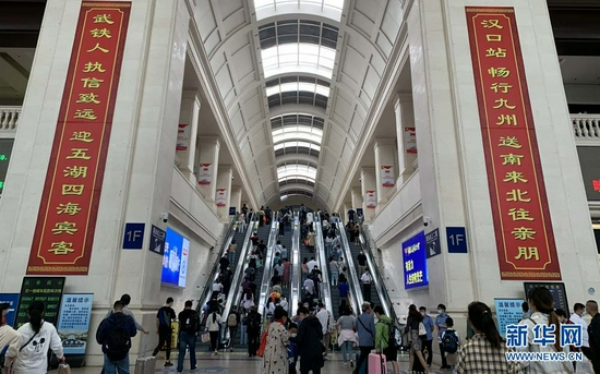 旅客在汉口火车站集中返程。新华网发 李沙摄