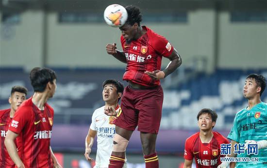 8月21日,河北华夏幸福球员马尔考(上)在比赛中头球解围。 当日,在2020赛季中国足球协会超级联赛第一阶段(苏州赛区)第六轮比赛中,河北华夏幸福队以3比1战胜武汉卓尔队。 新华社记者杨磊摄