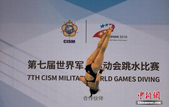 资料图:10月24日,第七届世界军人运动会跳水项目在湖北省武汉市举行,中国八一跳水队在跳水项目比赛上斩获3枚金牌。图为女子跳台比赛现场。 中新社记者 安源 摄