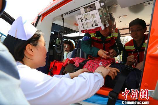 患者准备乘坐救援飞机前往宜昌 舒红霞 摄