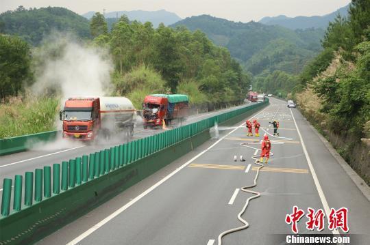 消防官兵正在事故现场进行处置。 黎上文 摄