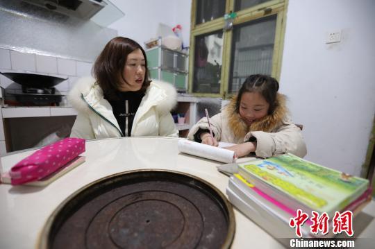 柳蒙圆在妈妈的指导下做作业 杨威 摄