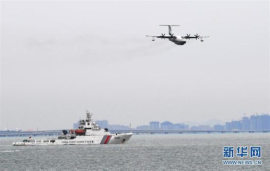 7月26日,水陆两栖飞机AG600在海上飞行。 新华社记者 李紫恒 摄