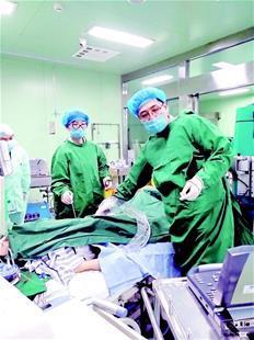 图为:尚游教授(右)正在对患者进行救治