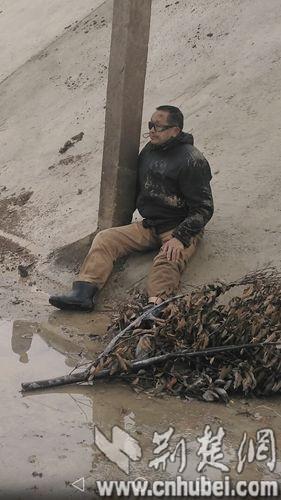 坠桥受伤的李老汉因腿部骨折无法行走。通讯员 黄云涛 摄
