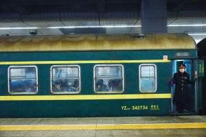 湖北籍旅客返乡过年途中突发疾病 列车临时停车急救