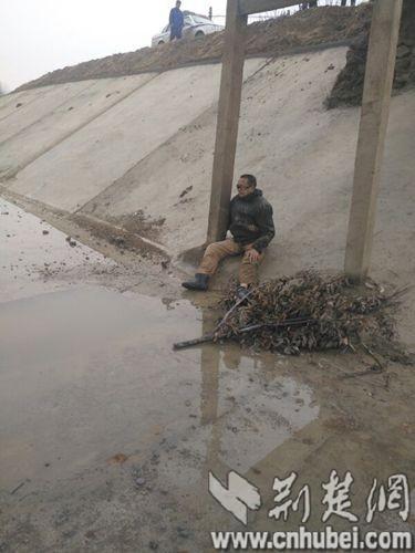 1月16日,意外失足坠桥受伤的李老汉。通讯员 黄云涛 摄