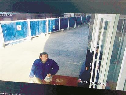 楚天都市报讯 图为监控拍下的可疑人身影