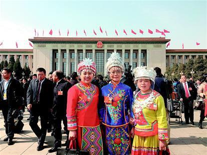 图为:杨明芳(左)、杨琴(中)、杨芳(右)合影。