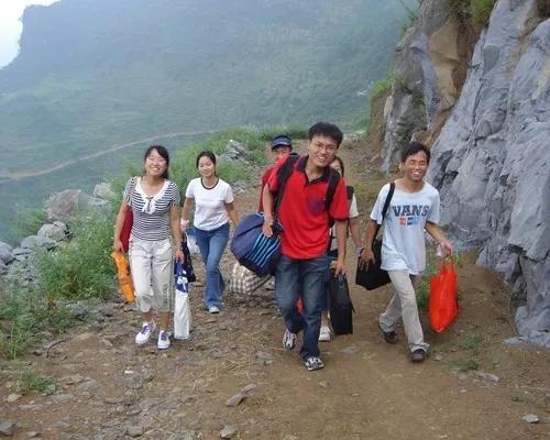 2006年7月,徐本禹带着红杜鹃爱心社的志愿者到贵州进行志愿服务。