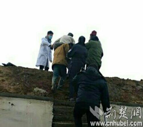 1月16日下午,意外坠桥受伤被困的八旬老人被村民和民警接力救护上岸(民警执法记录仪截图)。