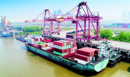 湖北日报讯 图为:繁忙的武汉新港阳逻集装箱港。﹙湖北日报全媒记者柯皓摄﹚