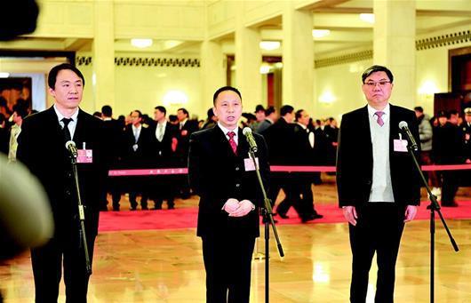图为:王建清代表回答记者提问。