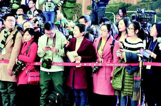 """湖北日报全媒记者陈会君在""""代表通道""""前提问。(湖北日报全媒记者 王馨 摄)"""