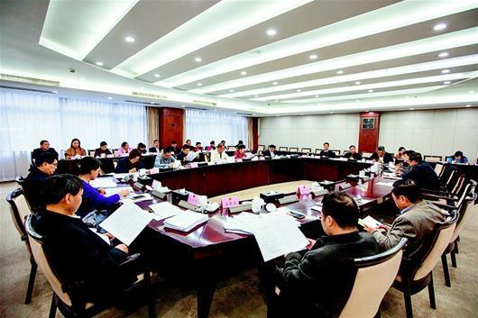 湖北日报讯 图为:省人大常委会组成人员分组审议现场。(湖北日报全媒记者 柯皓 摄)