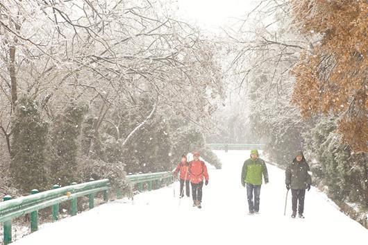 图为:游客在木兰山玩雪