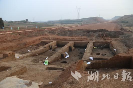 陆成秋说,此处发掘的人骨架保存相当完整,为新石器时代少见。