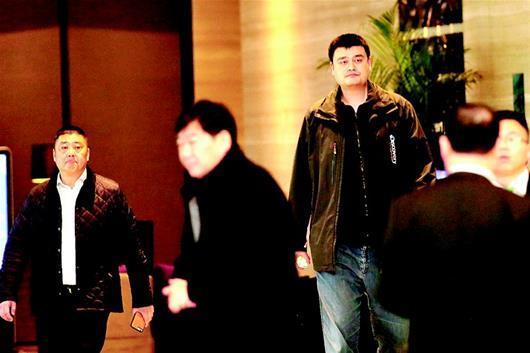 图为:姚明现身酒店大堂。﹙湖北日报全媒记者时龚摄﹚