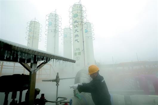 图为:工作人员低温下作业保供气