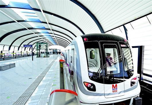 湖北日报讯 图为:阳逻线列车停靠高架车站。