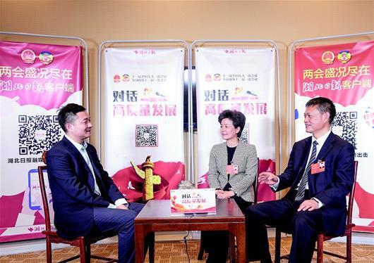 图为:湖北日报全媒记者 邓伟周文霞代表(中)、庄光明代表(右)接受湖北日报全媒记者访谈。(湖北日报全媒记者 柯皓 摄)