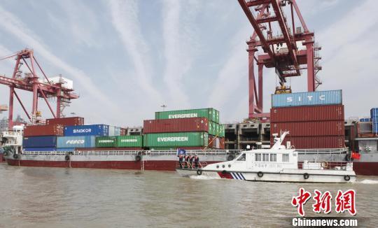 图为,长江海事部门服务港航运输 廖磊 摄