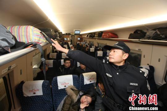图为,武汉铁路警方在列车再次进行安全检查 蔡斯芊 摄