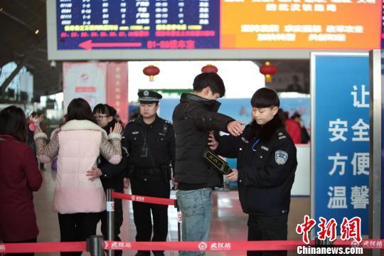 图为,武汉铁路警方进行安全检查 蔡斯芊 摄