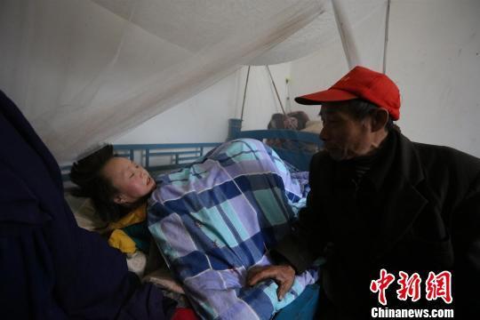 女儿瘫痪20年,孔凡贵始终不离不弃悉心照顾。 吴延 摄