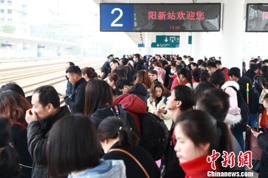 图为,武汉至九江客运专线去年开通后首次投入春运 高翔 摄