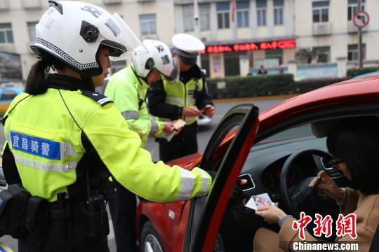 女警在路上协助查处交通违法 宜昌交警供图