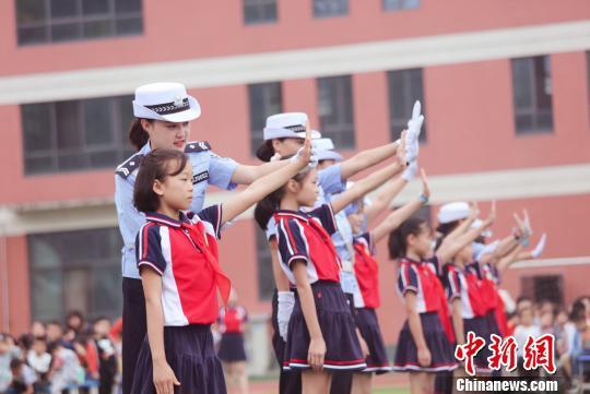 女警中队在校园为学生们指导交通手势 宜昌交警供图
