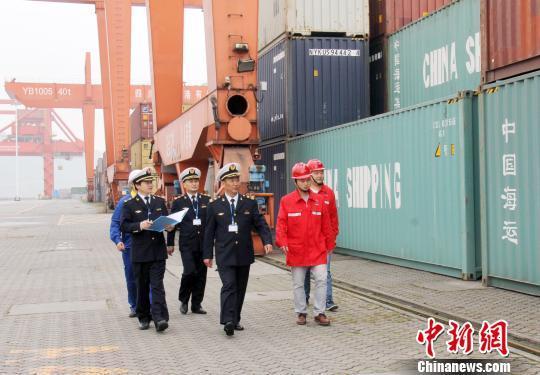 图为,长江海事部门服务港口发展 廖磊 摄