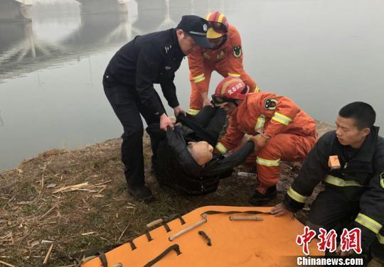 民警、消防官兵与市民联手将老人救起 李开明摄