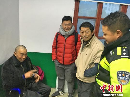冯仕桃的妹夫和侄儿从重庆忠县赶到五峰 鄢泽洲 摄