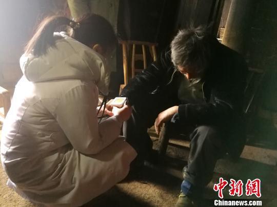 医务人员为老人检查身体 鄢泽洲 摄