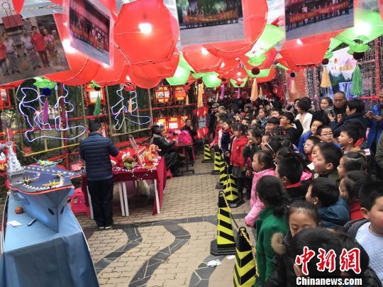 1日,武汉百步亭社区第十八届元宵灯展开幕,居民自制的1万多盏花灯吸引众多市民前来观赏?!≌徘?摄